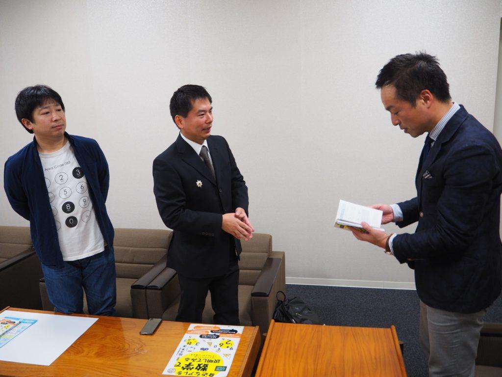 前田市長に 書籍「身近なアレを数学で説明してみる」の概要を説明